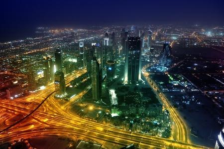 Panorama city de Dubai por la noche. Sheikh Zayed Road. Emiratos Árabes Unidos Foto de archivo