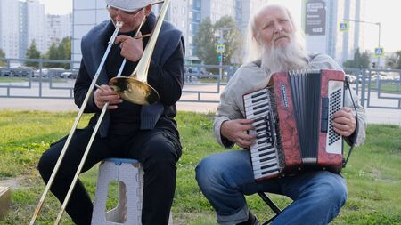 Nizhnevartovsk, Russia - August 25, 2019: street musicians play the button accordion and trumpet. Redactioneel