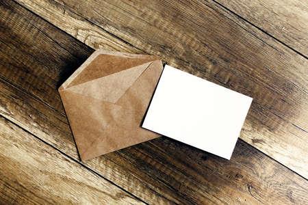 uitnodiging envelop. envelop met de uitnodiging gleed onder de deur