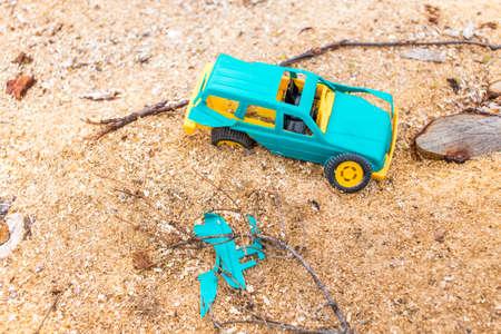 accidente transito: accidente de trafico. coche de juguete de los ni�os involucrados en un accidente de tr�fico