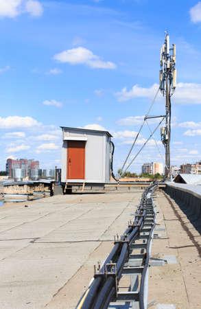 基地局。屋根の上の通信基地局
