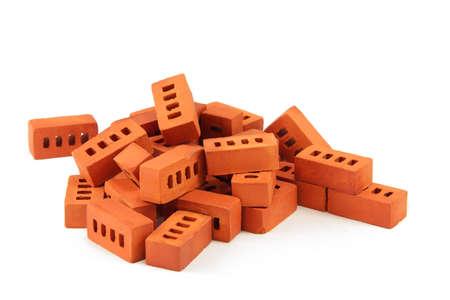 ladrillo: ladrillos de juguete aislados en white.a pila de ladrillos de juguete en miniatura aisladas sobre fondo blanco