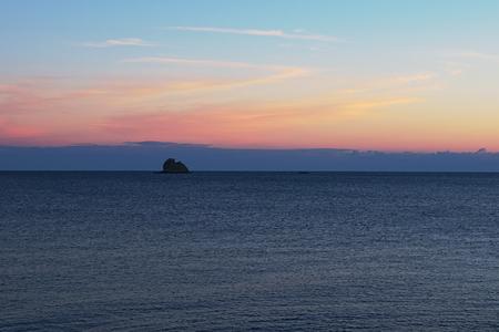 바위 바다에서 튀어 나와입니다. 티레 니아 해. 마리나 디 패티. 시칠리아.