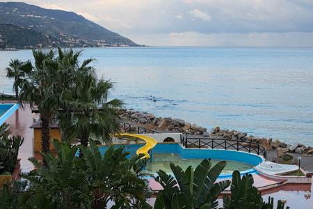 ホテルの庭と部屋のバルコニーから海の美しい景色を眺める。マリーナ ・ ディ ・ パティ。シチリア島。