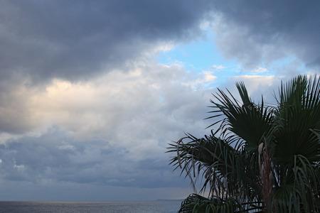 폭풍 구름 뒤에는 푸른 하늘이 보입니다. 마리나 디 패티. 시칠리아. 스톡 콘텐츠