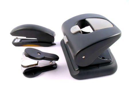 Accesorios de oficina: grapadora, perforadora. Es aisladas sobre fondo blanco. Foto de archivo - 4650804