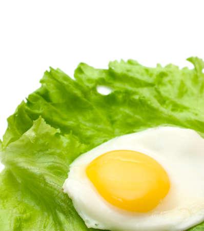 huevos estrellados: Huevos fritos y espacio de la copia de lechuga aislados en blanco