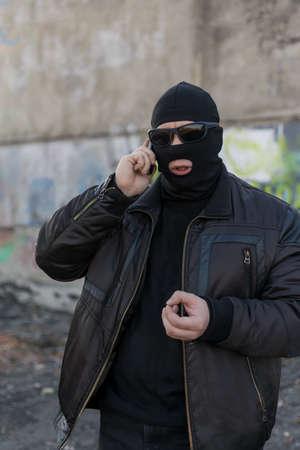 un bandit parlant au téléphone