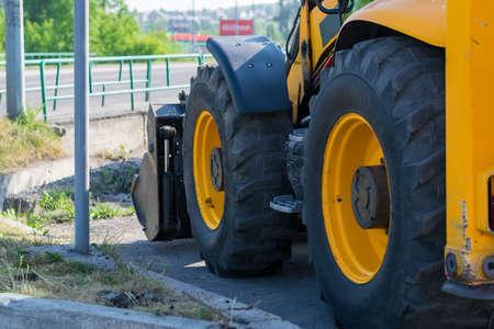 énormes roues de tracteur