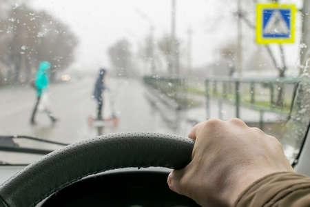 Man hand on the steering wheel Standard-Bild