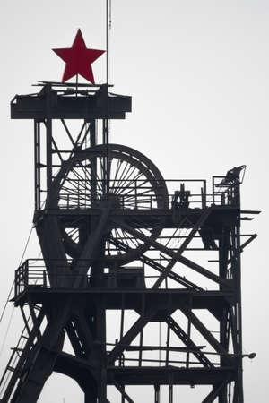 Silhouette Zeche Kohlebergwerk mit Rädern Standard-Bild