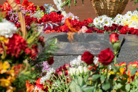 flowers lie at the eternal flame at the memorial Stockfoto