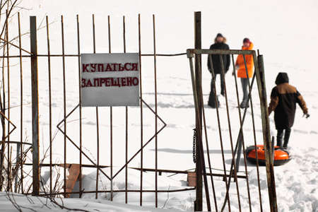 Bathing is prohibited. Warning on the river bank in winter in Russia. Stockfoto