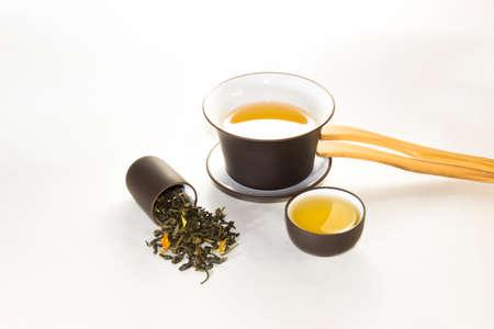 rape: taza de tabaco con té verde, flor, gaivan y una taza de té sobre un fondo blanco?