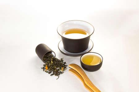 rape: taza de tabaco con verde, té de flores, gaiwan y una taza de té sobre un fondo blanco?