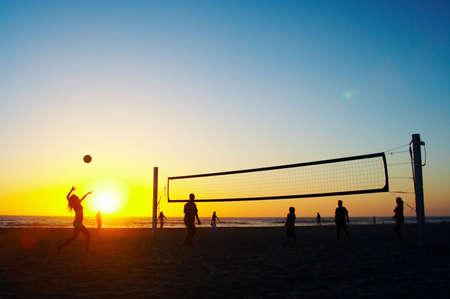 familia jugando: Familia que juega a voleibol de la playa