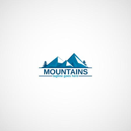 눈과 소나무의 산들입니다.