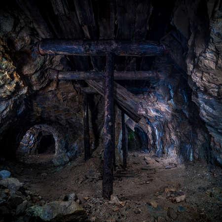 gnomos: Pilares de madera en la antigua mina Foto de archivo