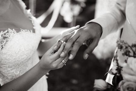 hands of bride and groom 版權商用圖片