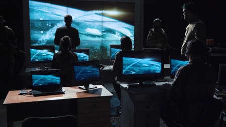 Hombre de la autoridad que da orden para lanzar la bomba nuclear y seguirla en la pantalla digital.
