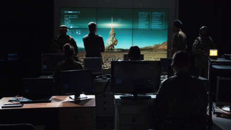 권위있는 사람이 핵폭탄을 발사하고 디지털 화면에 추적 명령을 내렸다.