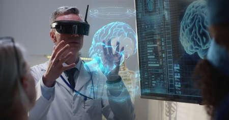 Mittlere Aufnahme eines VR-Headsets mit Arzt, der seinen Kollegen erklärt, während er ein holografisches 3D-Gehirnbild bewegt