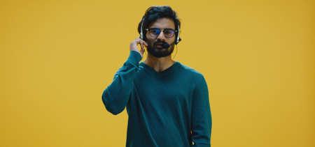 Medium shot of young man talking white wearing headset Banco de Imagens - 137938557