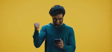Medium shot of young man texting on smartphone Banco de Imagens - 137938588