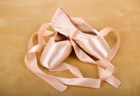 zapatillas de ballet: nuevo par de zapatillas de ballet con las cintas