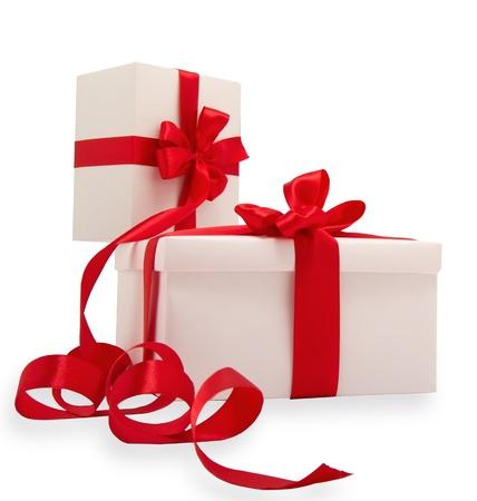 gifts: Twee witte geschenken met rode linten op een witte achtergrond