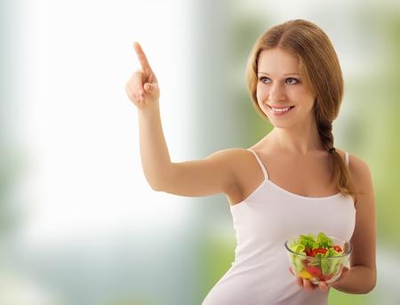 selects: bella ragazza con insalata di scegliere cibo sano
