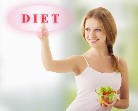 selects: bella ragazza con insalata di verdure scegliere la dieta Archivio Fotografico