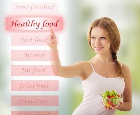 comida sana: chica con ensalada de verduras elegir alimentos saludables
