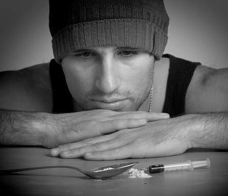 drogadiccion: adicto, una jeringa, las drogas y la heroína