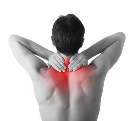 dolor de espalda: Vista trasera del hombre joven que sostiene el cuello en el dolor