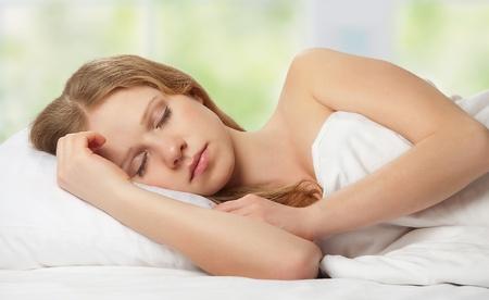 gente durmiendo: joven y bella mujer durmiendo en la cama