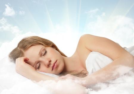 durmiendo: bella mujer durmiendo en una nube en el cielo Foto de archivo