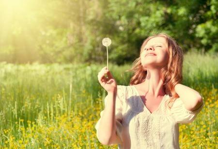 여름 태양을 즐기는 민들레와 아름 다운 여자