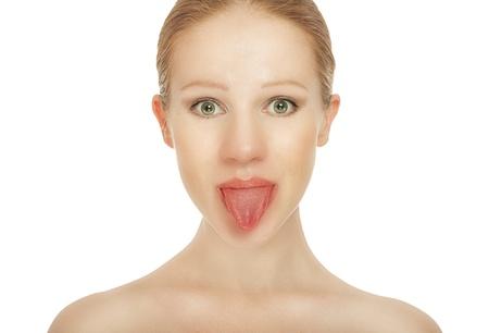 舌: 陽気な女の子を白で隔離された舌を示しています