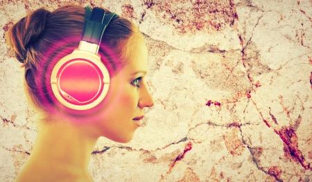 casque audio: concept de musique. visage de femme de profil avec un casque d'�coute de la musique