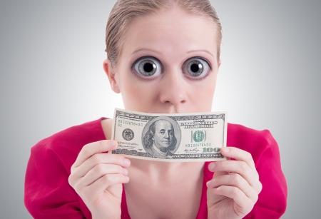 mouth closed: concepto de dinero. mujer con una gran sorpresa ojos abiertos y la boca cerrada d�lar