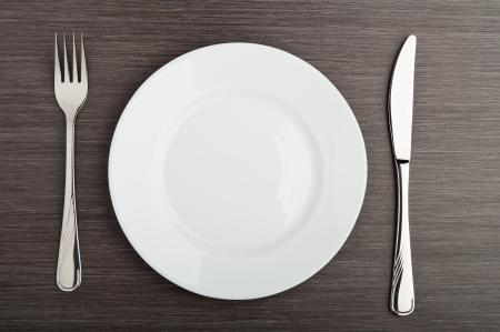 cubiertos de plata: tabla de configuración. Placa de cuchillo tenedor vacío blanco