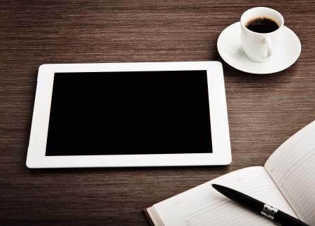 ger�te: leere Tablette und eine Tasse Kaffee auf dem Schreibtisch