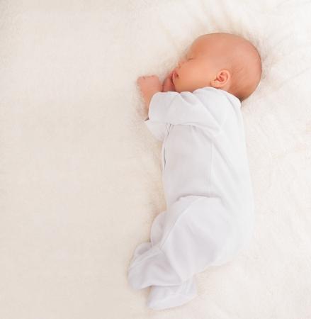 enfant qui dort: douce mignonne de bébé nouveau-né dort
