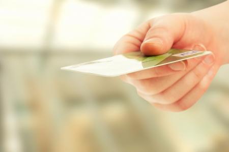 tarjeta visa: Una mano con tarjeta bancaria de cr�dito de pl�stico Foto de archivo
