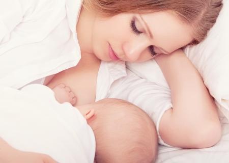 pechos: madre en periodo de lactancia a su beb� en la cama. durmiendo juntos