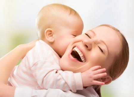 people kissing: Happy family gai. M�re et b�b� embrasser, rire et �treindre