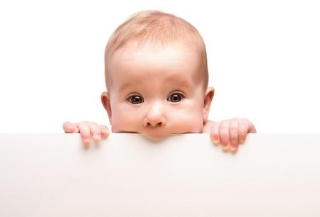 ni�os con pancarta: beb� lindo con la bandera blanca en blanco en la mano aislados