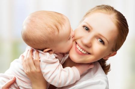 madre y bebe: Familia alegre feliz. Madre y bebé besos, risas y abrazos Foto de archivo