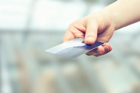 tarjeta visa: Una mano con la tarjeta plástica de crédito bancario Foto de archivo